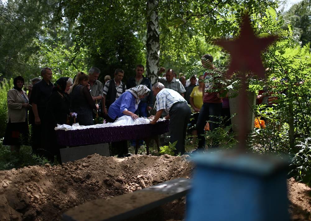 Похороны местного жителя, погибшего в результате артобстрела в Приволье, 24 июня