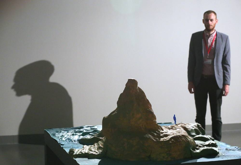 """Художник Гарет Оуэна Ллойд у инсталляции """"В возможных сценариях будущего, какое место займут художники и что они создадут?"""