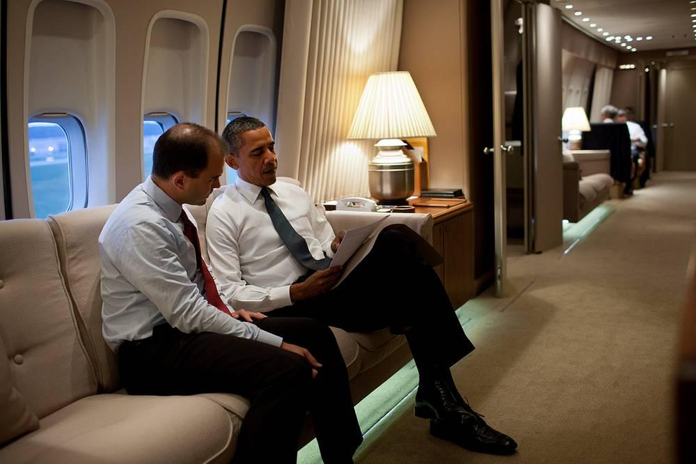 Президент США Барак Обама и заместитель советника по национальной безопасности Бен Родос на борту президентского самолета, 2011 год