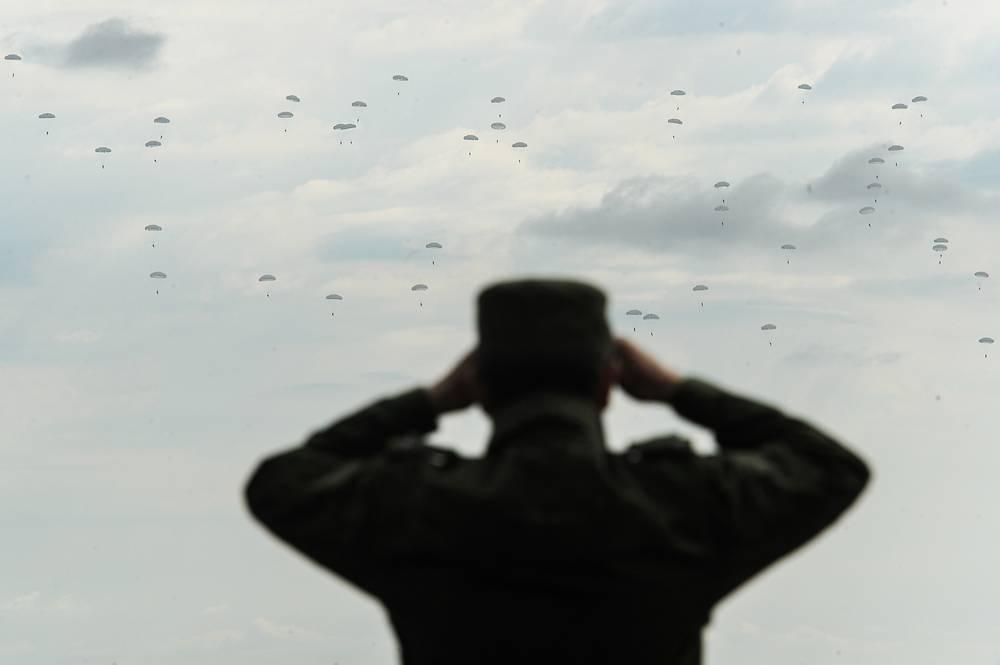 Десантирование военнослужащих в ходе заключительного этапа учений войск ЦВО