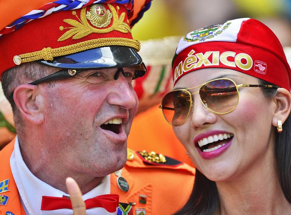 Болельщик сборной Нидерландов (слева) и болельщица команды Мексики (справа)