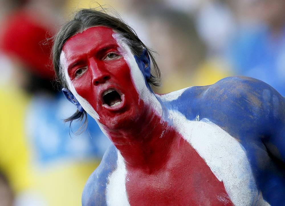 Болельщик Коста-Рики празднует первый в истории страны выход в четвертьфинал