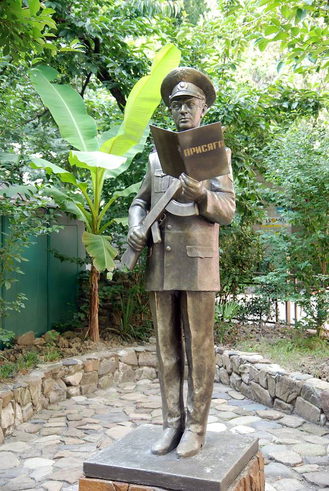 Памятник милиционеру, принимающему присягу, скульптора Виктора Фисько установлен во дворе филиала учебного центра УВД Краснодарского края, Сочи