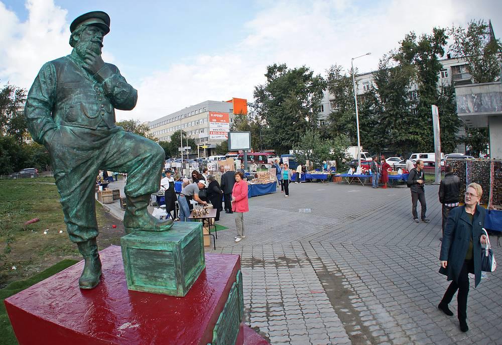 Памятник уральскому предпринимателю у здания УрГЭУ в Екатеринбурге