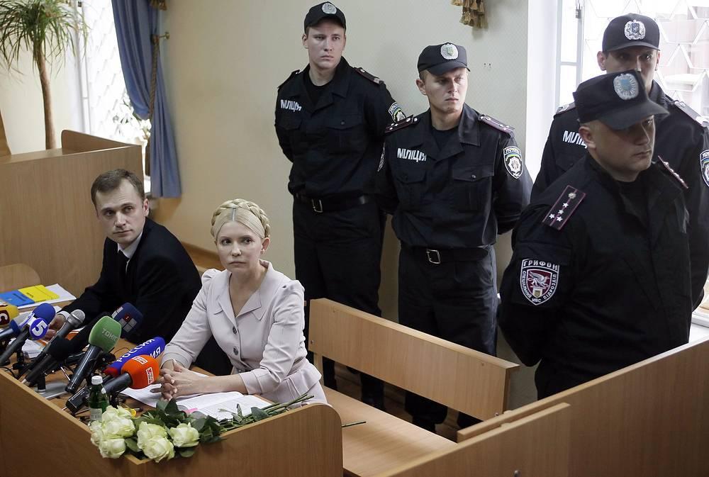 В октябре 2011 года экс-премьер Украины Юлия Тимошенко была приговорена к семи годам лишения свободы за превышение полномочий при подписании газовых контрактов с Россией. 22 февраля 2014 года ее освободили из тюремного заключения, 28 февраля парламент Украины принял закон, который снял судимость с политика. На фото: Тимошенко на заседании суда в Киеве, июль 2011 года