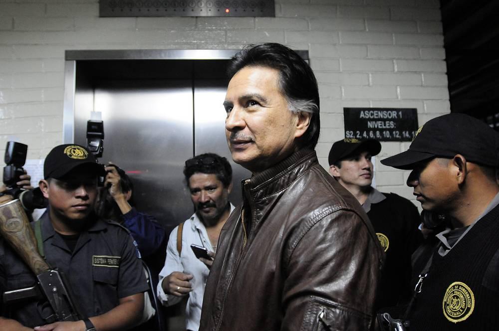 23 мая 2014 года бывшего президента Гватемалы Альфонсо Портильо приговорили к пяти годам и десяти месяцам тюрьмы за получение взятки от властей Тайваня и отмывание денег. Экс-глава государства признал свою вину на процессе. На фото: Портильо по прибытии в суд Гватемалы, ноябрь 2001 года