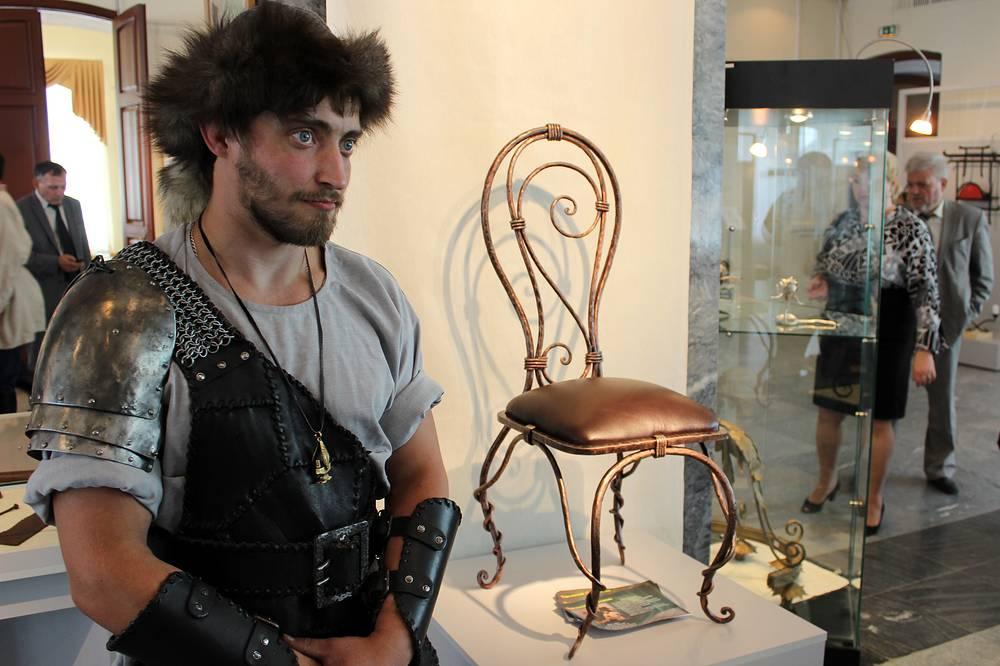 Кузнец Алексей Барабанов и стул, получивший Гран-при. г. Верхняя Пышма