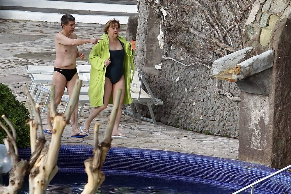 Канцлер Германии Ангела Меркель с мужем Иоахимом Зауэром на термальных водах на острове Искья (юг Италии), 2013 год