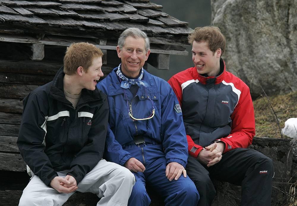 Принц Уэльский Чарльз с сыновьями Гарри (слева) и Уильямом (справа) недалеко от швейцарского курорта Клостерс, 2005 год