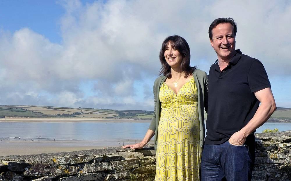 Премьер-министр Великобритании Дэвид Кэмерон с женой Самантой во время отпуска в Корнуолле, Англия, 2010 год