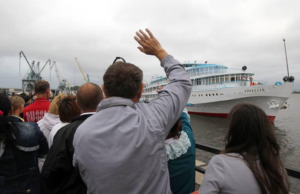 """Проходившие мимо сухогруз """"Арбат"""" и буксир """"Дунайский-66"""" не оказали помощи тонущему кораблю. Пострадавших спас круизный теплоход """"Арабелла"""" (на фото)"""