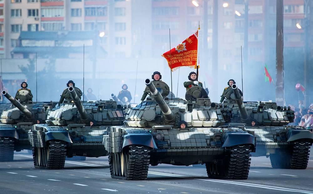 Перед зрителями проследовала российская и белорусская военная техника периода Великой Отечественной войны, а также современные образцы вооружений