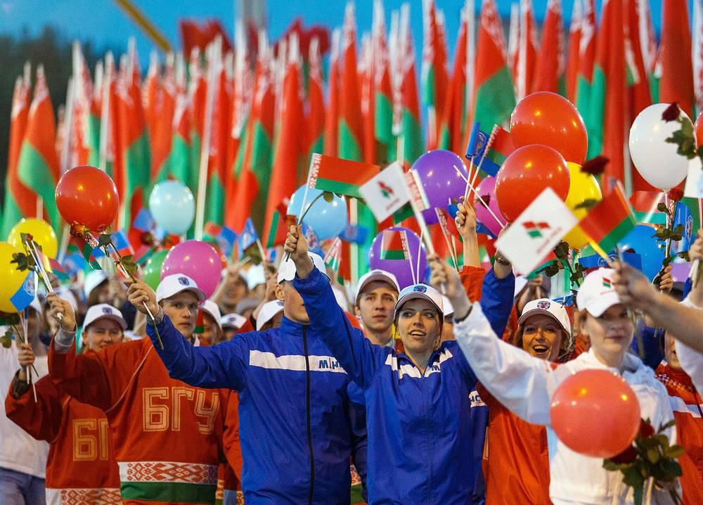 После парада на улицах Минска состоялись массовые праздничные гулянья