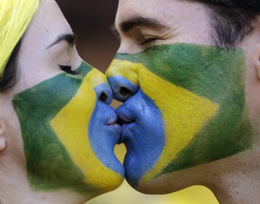 Влюбленная бразильская пара воспроизвела флаг своей страны