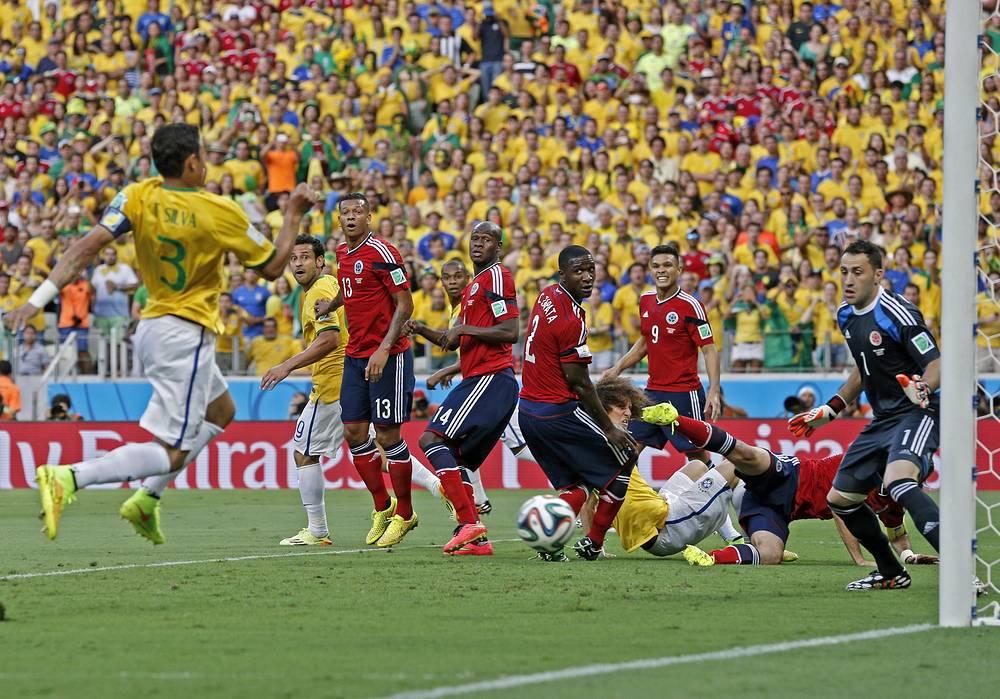 Капитан бразильской команды Тьяго Силва открыл счет на 7-й минуте встречи