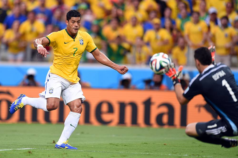 Вратарь сборной Колумбии отразил удар форварда бразильцев Халка
