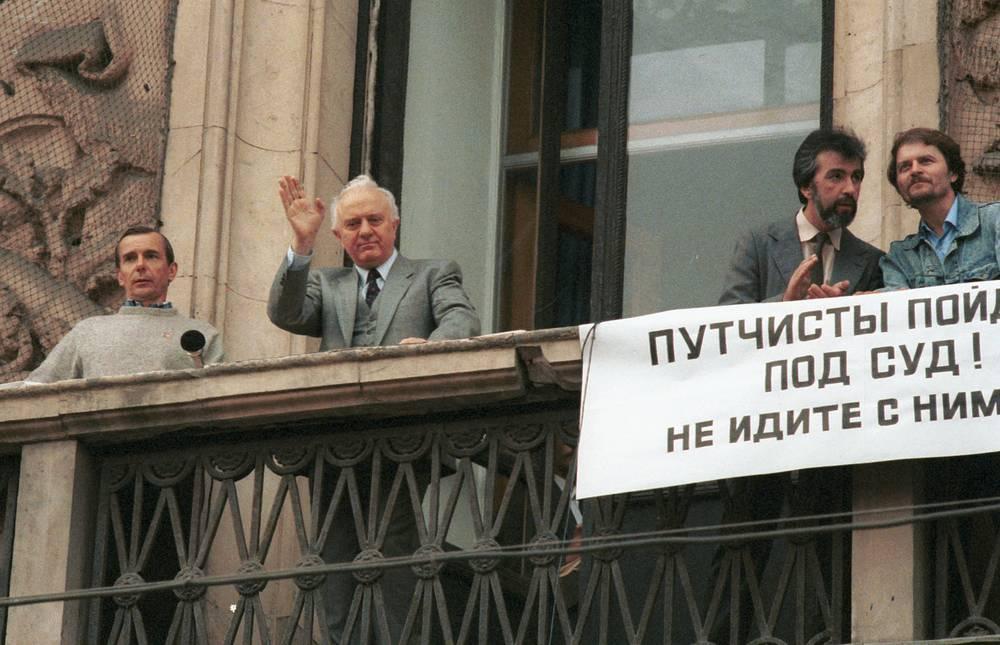Эдуард Шеварднадзе с балкона здания Моссовета выступает на митинге в поддержку демократии в Москве, 1991 год