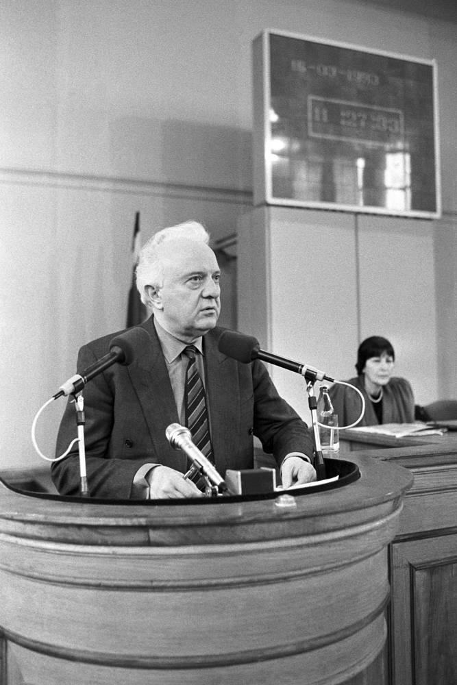 Президент Грузии Эдуард Шеварднадзе во время выступления в грузинском парламенте, Тбилиси, 1993 год