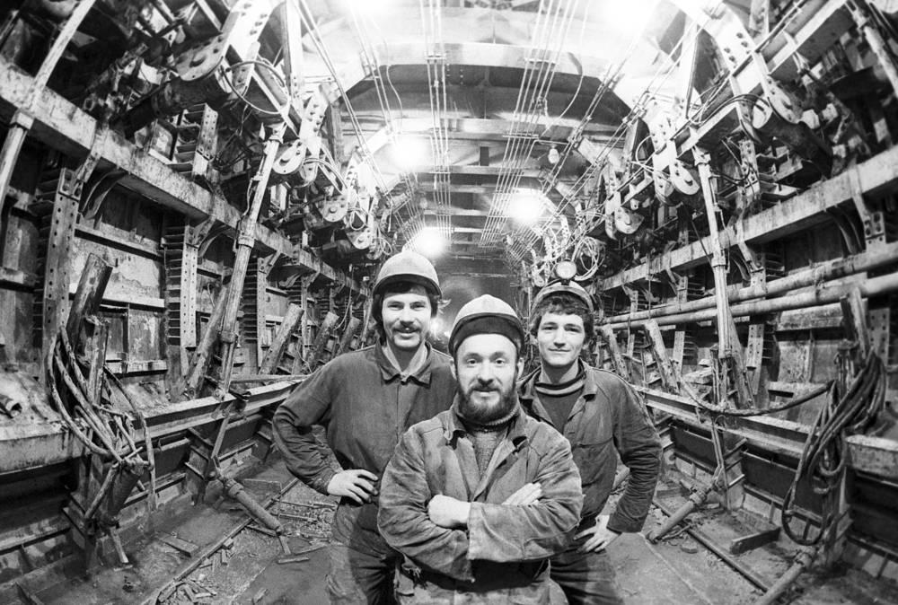 Северомуйский тоннель, пронзающий насквозь одноименный горный хребет, - крупнейший железнодорожный тоннель в России, его длина - 15,343 км. Строители тоннеля совершали подвиг: из-за многочисленных трудностей тоннель строили дольше любого другого бамовского объекта и с неизмеримо большими финансовыми и человеческими затратами