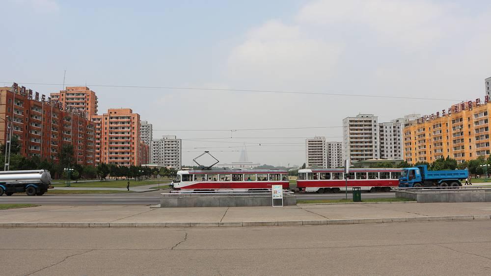 По официальным данным, в столице КНДР проживают около 2,8 млн человек, однако, глядя на немноголюдные улицы города, в это верится с трудом