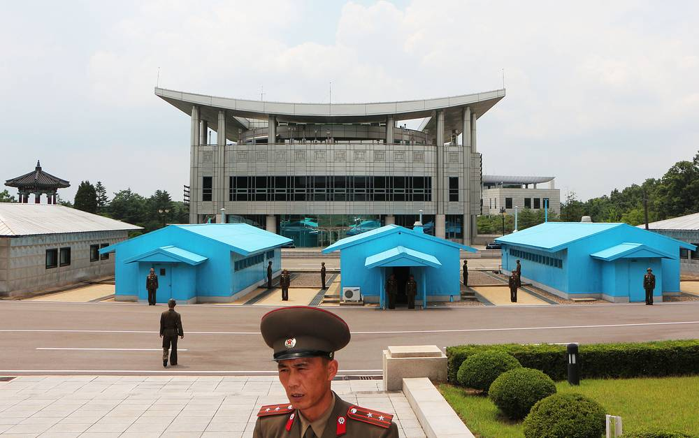 Демилитаризованная зона (ДМЗ), где расположена граница между двумя Кореями, проходит через весь полуостров. Ее длина составляет 241 км, ширина - 4 км. Как с северной, так и с южной стороны сюда уже давно возят туристов