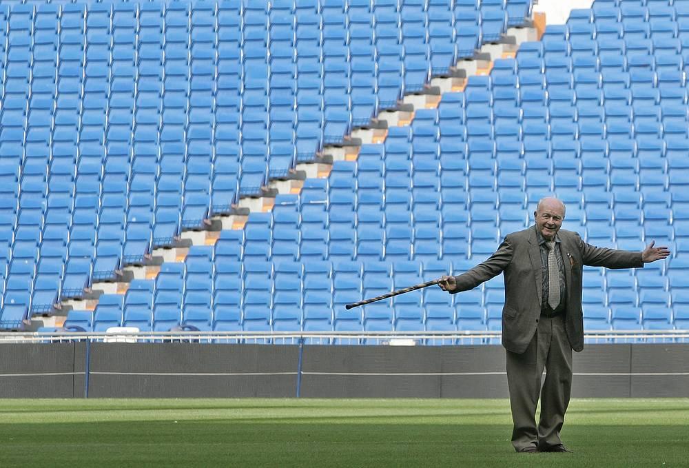 """Альфредо Ди Стефано приветствует болельщиков во время презентации игроков """"Реала"""" на стадионе Сантьяго Бернабеу, 2007"""