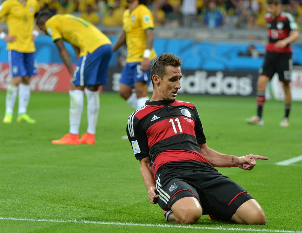 Мирослав Клозе установил рекорд по количеству мячей на чемпионатах мира. Достижение покорилось 36-летнему форварду в полуфинале мирового первенства с командой Бразилии. На счету игрока, выступавшего на четырех мировых первенствах, 16 мячей