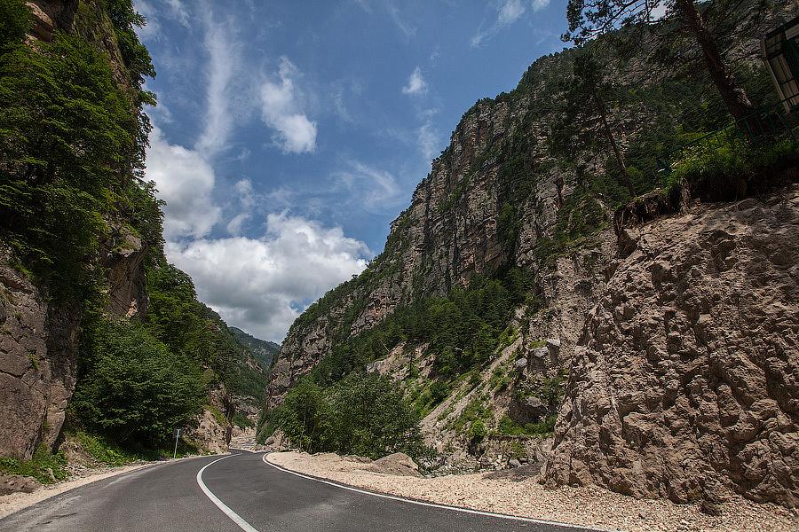 Дорога к лечебно-оздоровительному комплексу «Армхи» идет через горы и Сунженский район, по красивому ущелью вдоль реки Асса.