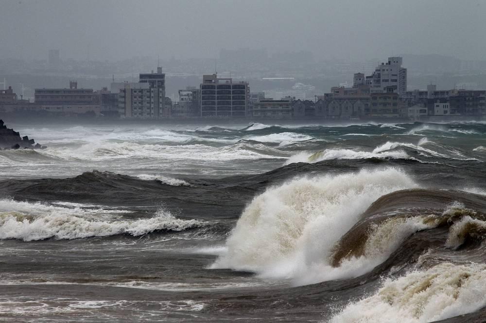 """Тайфун """"Неогури"""" привел к гибели семи человек в Японии. Еще более 50 пострадали от оползней и наводнений. На фото: остров Окинава на юге Японии, 9 июля"""