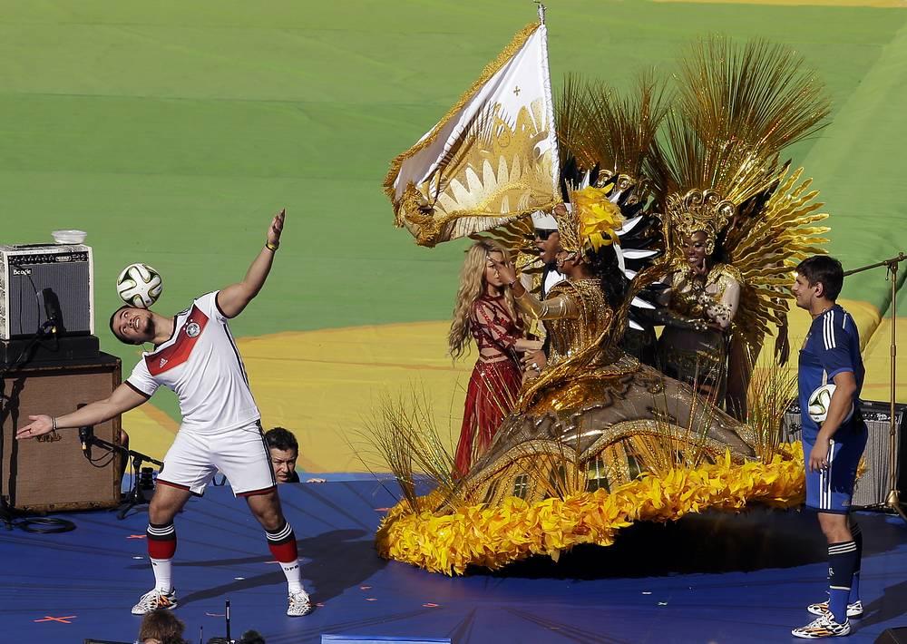 Футбольный фристайл перед финалом чемпионата мира