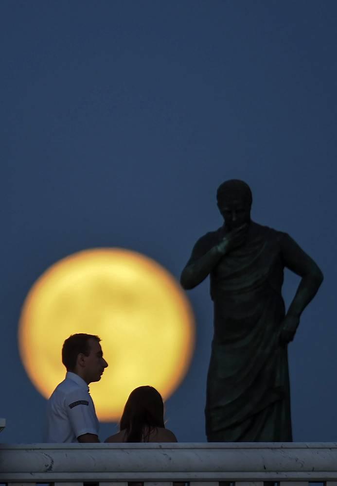 Полная луна над мостом в центре Скопье, бывшая югославская Республика Македония