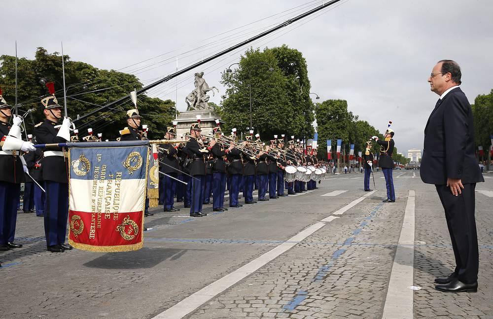 Президент Франции Франсуа Олланд во время парада в честь празднования Дня взятия Бастилии