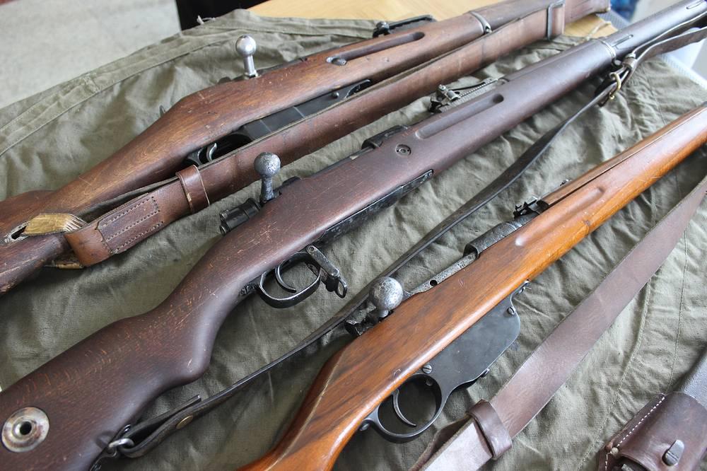 Винтовка Мосина образца 1891 года, винтовка Маузера образца 1898 года, винтовка Манлихера образца 1895 года (слева направо)