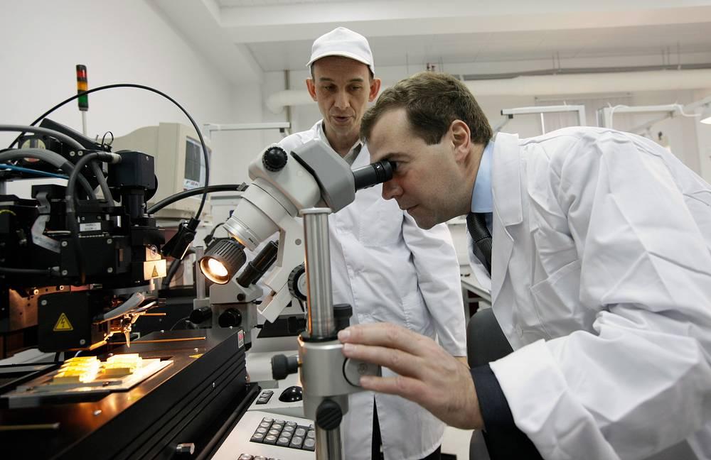 """На место иностранной медицинской техники придут российские аналоги. На фото: премьер-министр Дмитрий Медведев посетил """"ИРЭ-Полюс"""" в подмосковном Фрязине. Компания в числе прочего производит технику для биомедицины и хирургии"""