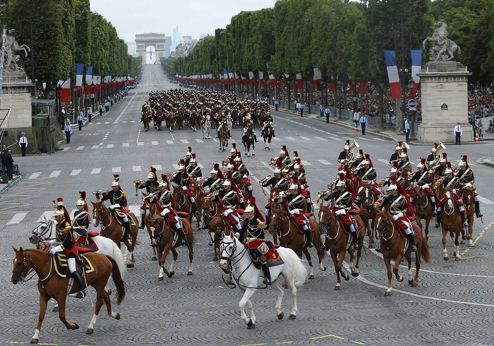 Республиканская гвардия на Елисейских полях во время парада в честь Дня взятия Бастилии