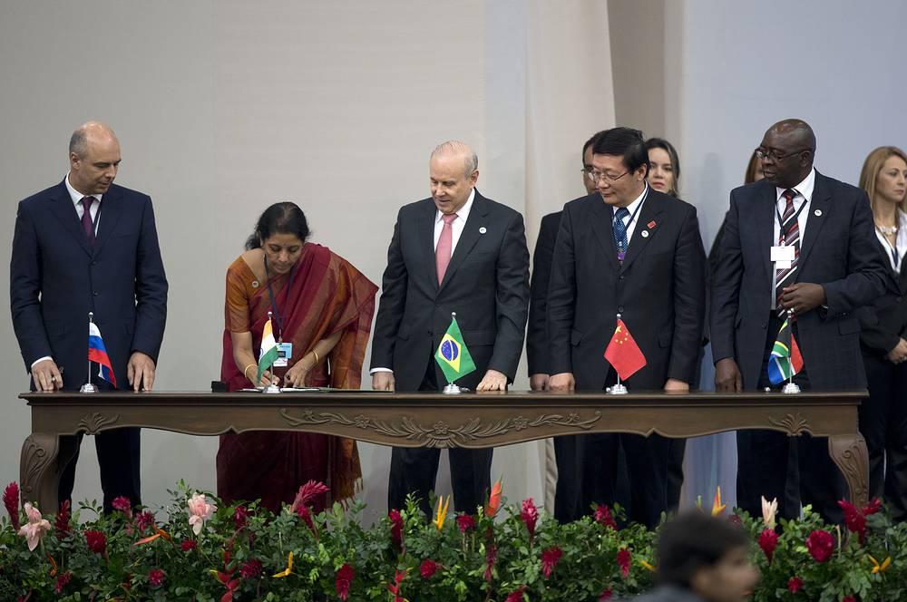 Ключевым событием саммита стало подписание соглашения о создании Нового банка развития стран БРИКС. С российской стороны подпись под документом поставил министр финансов Антон Силуанов (слева)