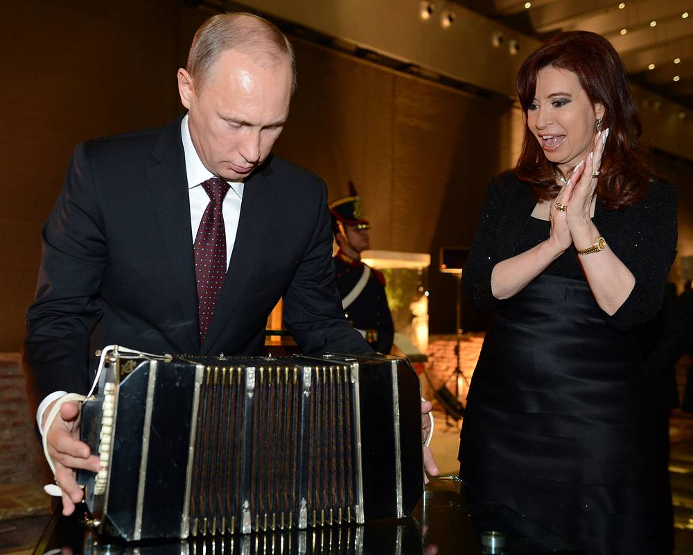 Владимир Путин рассматривает бандонеон - подарок президента Аргентины Кристины Фернандес де Киршнер