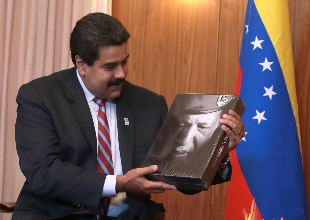 Президент Венесуэлы Николас Мадуро получил в подарок от своего российского коллеги Владимира Путина книгу об Уго Чавесе