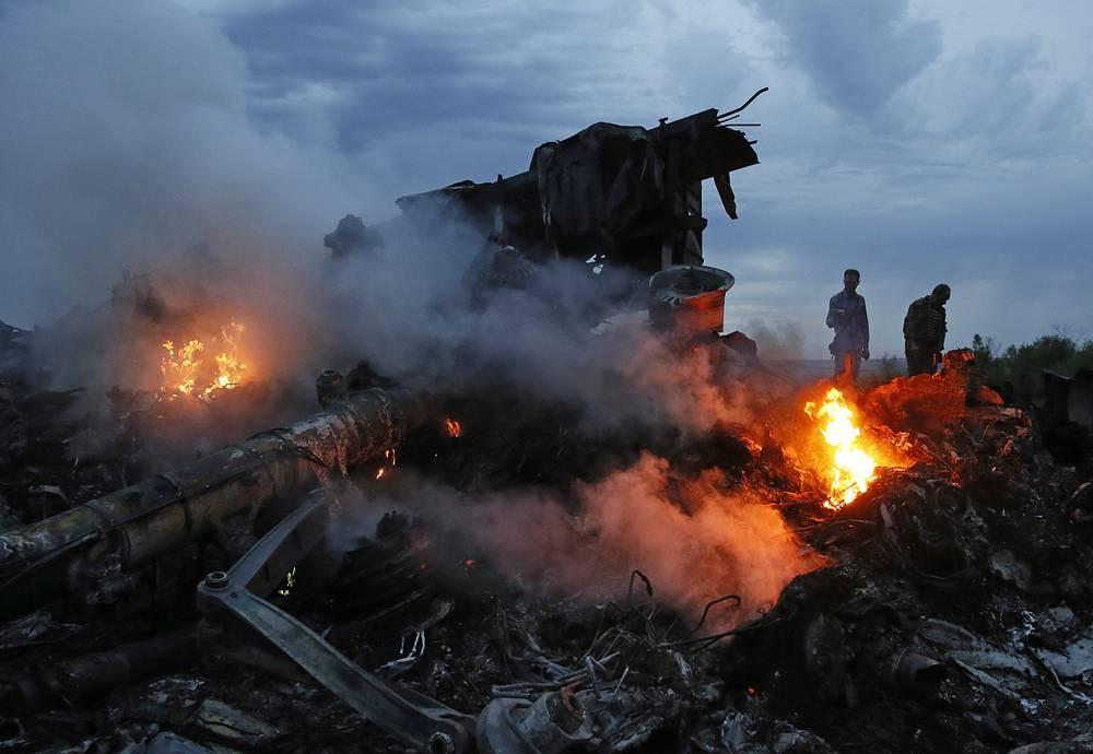 """17 июля 2014 года Boeing 777 """"Малайзийских авиалиний"""" потерпел крушение в Донецкой области недалеко от российской границы. На борту находились 295 человек, все они погибли"""