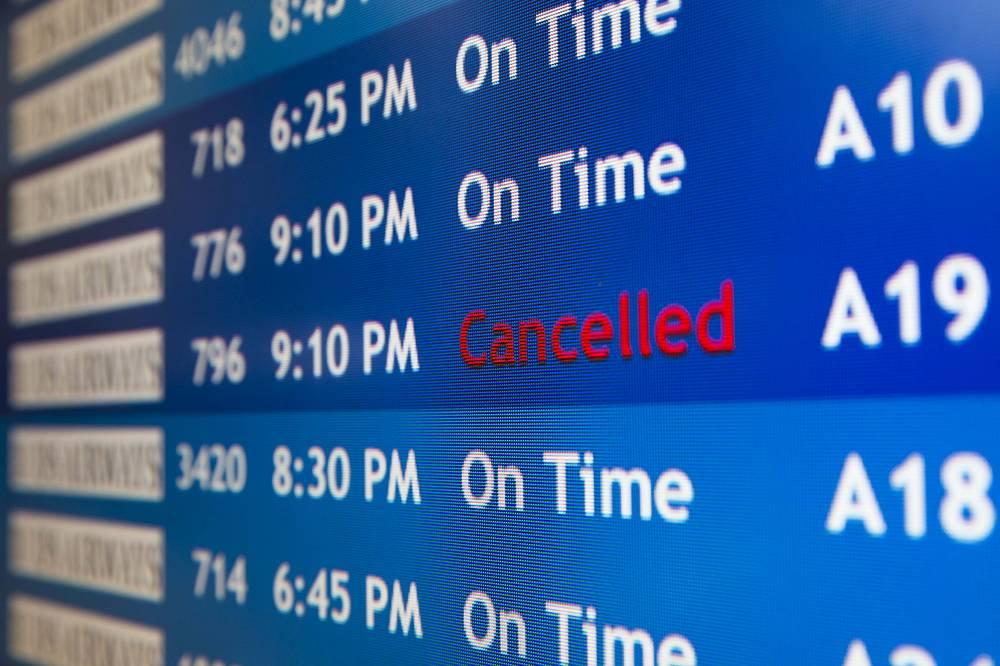 Отмена рейса в Тель-Авив на табло в международном аэропорту Филадельфии