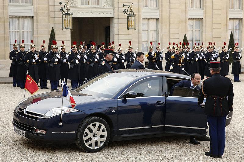 Глава французского государства Франсуа Олланд отказался от бронированной модификации Renault Vel Satis и в качестве официального автомобиля использует с 2012 года среднегабаритный Citroеn