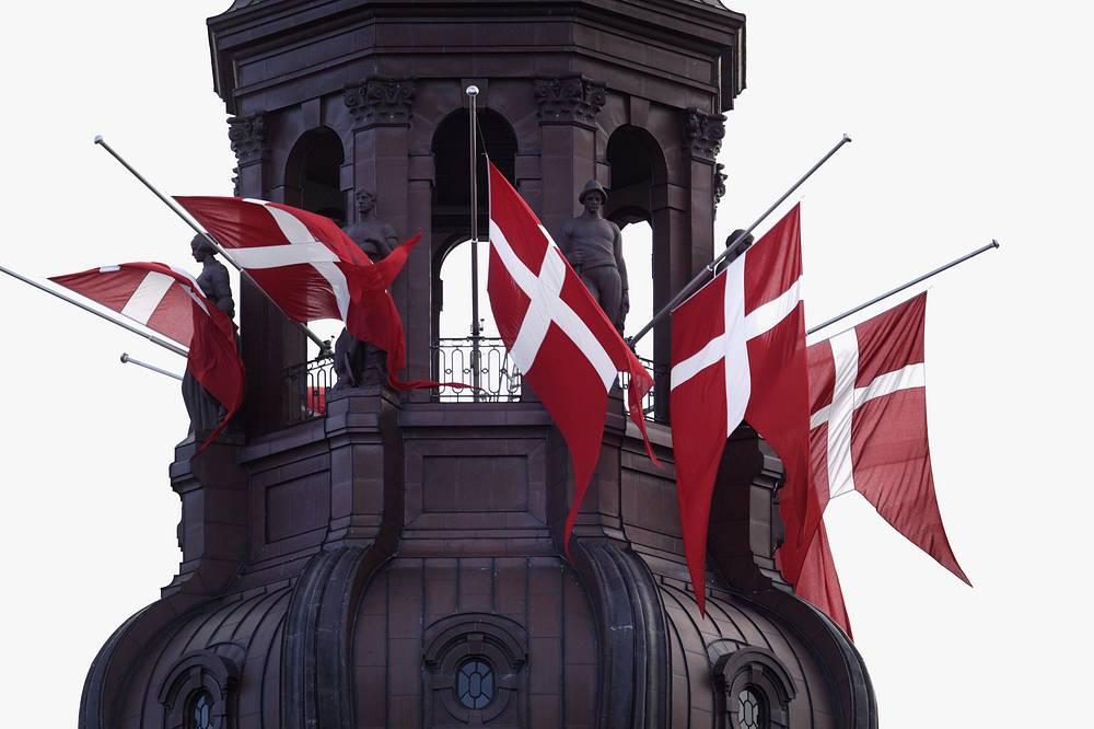 Налог для Дании. В 991 году жители Англии были вынуждены платить поземельный налог датским викингам за возможность спокойно жить. Этот налог просуществовал почти 200 лет - до 1194 года. К тому времени деньги не отправлялись в Данию, оставаясь в стране. На них велись закупка оружия и строительство крепостей