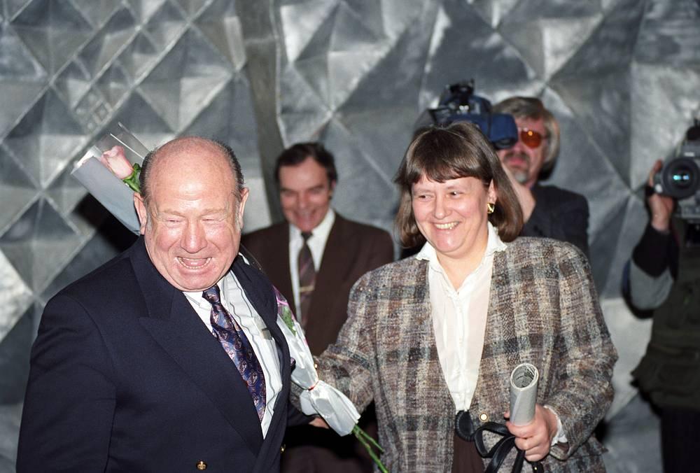Мемориальный музей космонавтики. Космонавты Алексей Леонов и Светлана Савицкая во время празднования 30-летия первого выхода человека в открытый космос, 1995 год
