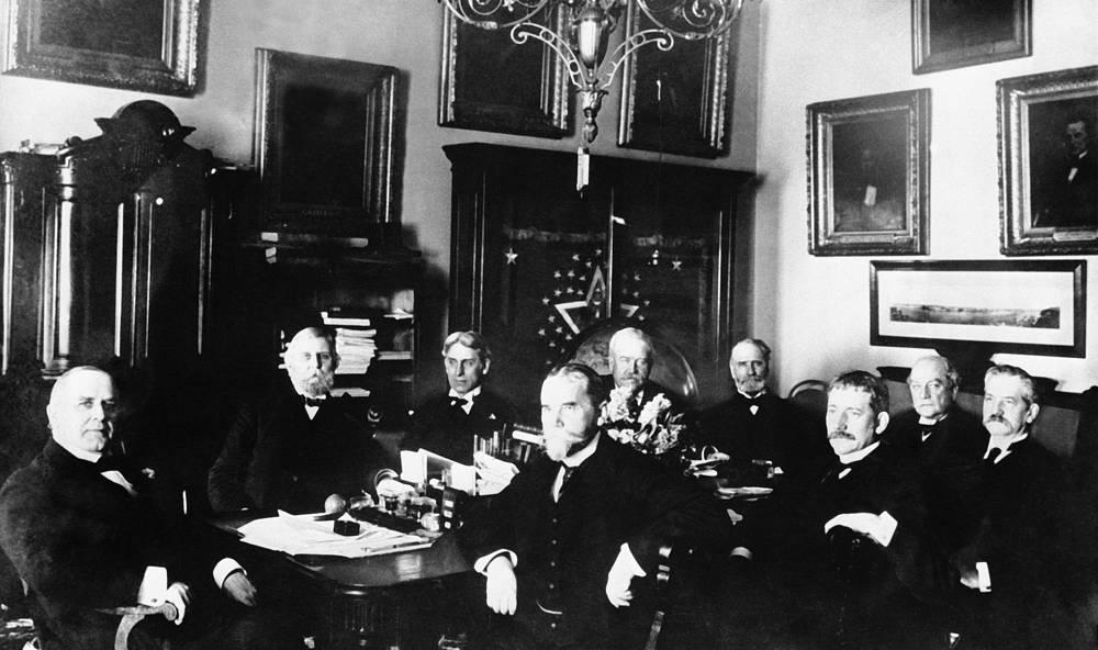 Элиу Рут во время встречи с президентом США Уильямом Мак-Кинли в Белом доме, 1898 год. На посту государственного секретаря реформировал консульскую службу, поддерживал политику открытых дверей на Дальнем Востоке