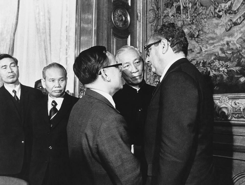 Генри Киссинджер беседует с членами делегации Северного Вьетнама перед подписанием соглашения о мире во Вьетнаме. Париж, январь 1973 год