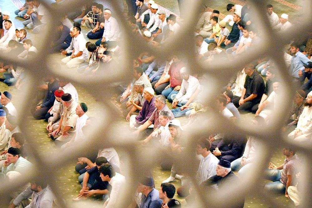 Молитва в мечети им. Ахмата Кадырова в Грозном