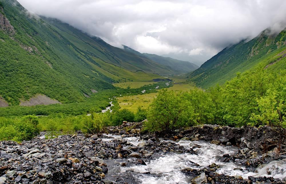 Вид на Даргавское ущелье и реку Мидаграбиндон.