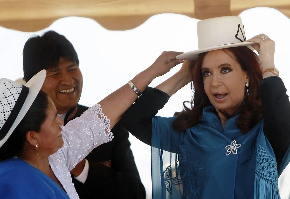Президент Аргентины Кристина Киршнер в шляпе боливийских женщин-фермеров во время визита в Боливию, 2012 год