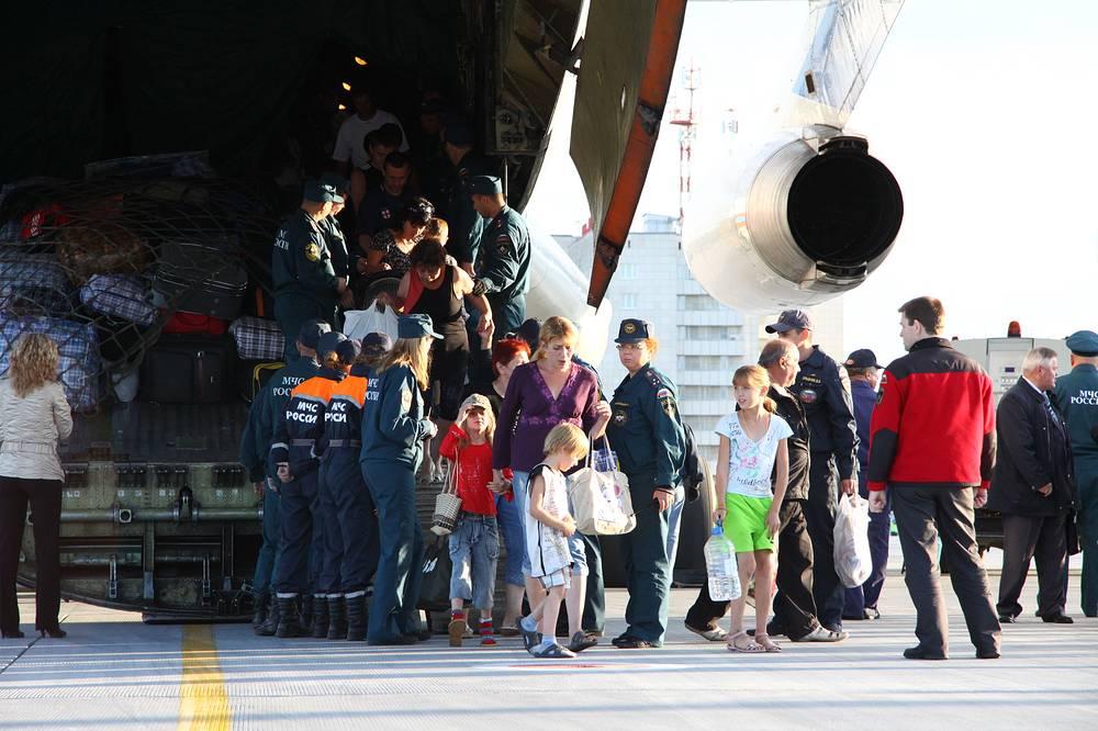Прибытие спецборта МЧС с вынужденными переселенцами в Кольцово