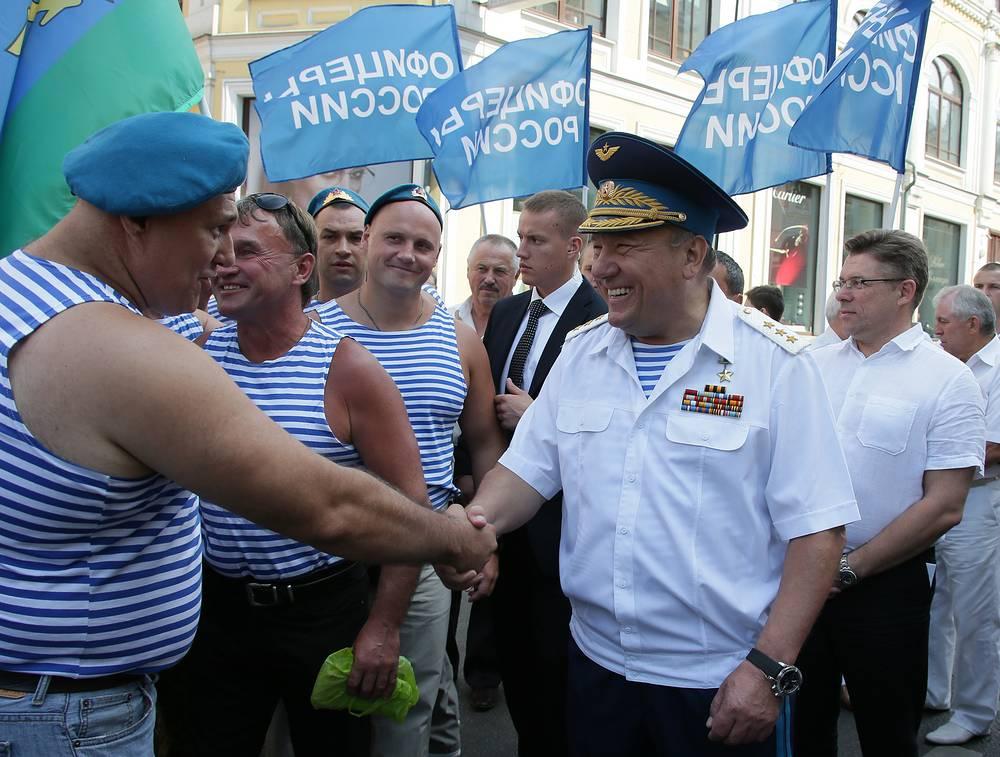 Командующий ВДВ генерал-полковник Владимир Шаманов (справа на первом плане) во время встречи с десантниками